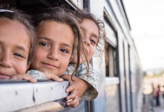 Nicht nur die Erwachsenen, sondern auch die Kinder schweißt die Flucht zusammen. Oft sind sie in größeren Gruppen unterwegs und finden dort auch FreundInnen.