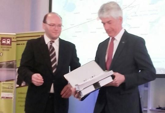 Martin übergibt die Unterschriften - Kopie